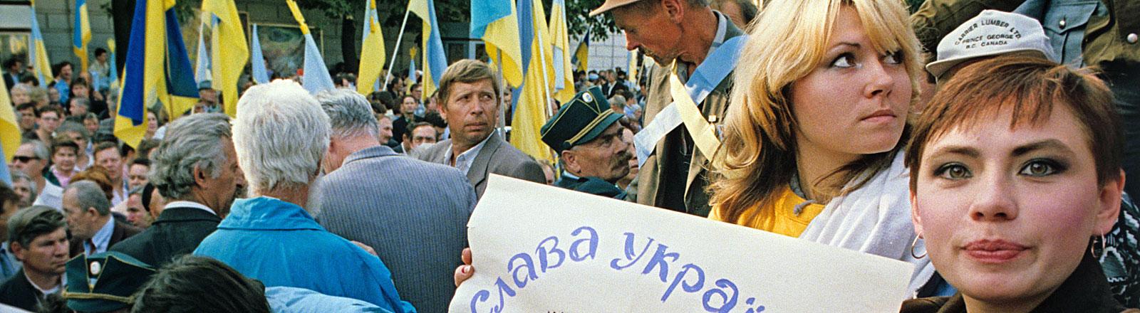 In Kiew demonstrieren am 15.09.1991 Bürger gegen den Unionsvertrag und für die Unabhängigkeit ihrer Republik. Die Ukraine hatte am 24.08.1991 formell ihre Unabhängigkeit von der Zentralregierung in Moskau erklärt.
