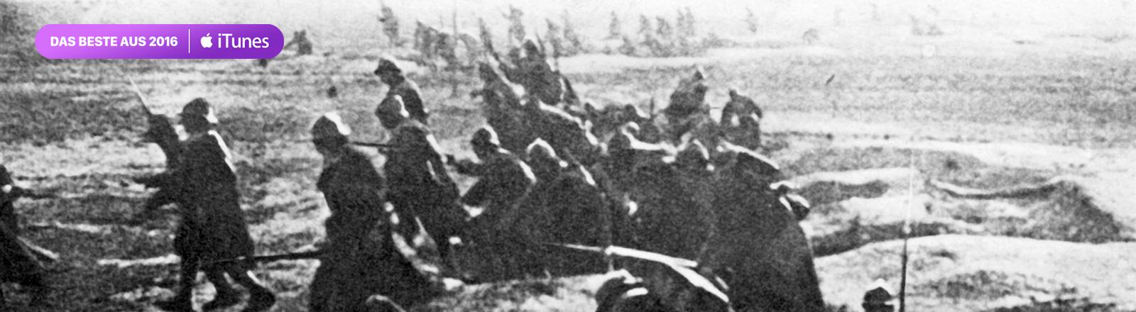 Französische Soldaten klettern während der Schlacht um die ostfranzösische Stadt Verdun zu einem Angriff aus ihren Schützengräben (Archivfoto von 1916). Bei der Schlacht um Verdun sind von Februar bis Dezember 1916 rund 700.000 Menschen umgekommen.