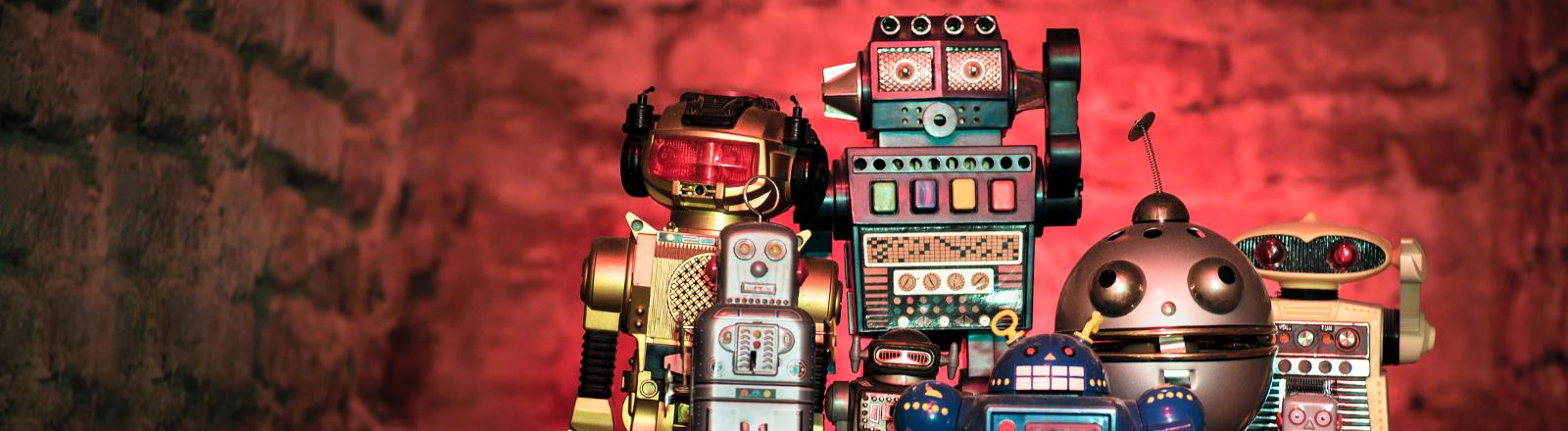 Roboter stehen nebeneinander.