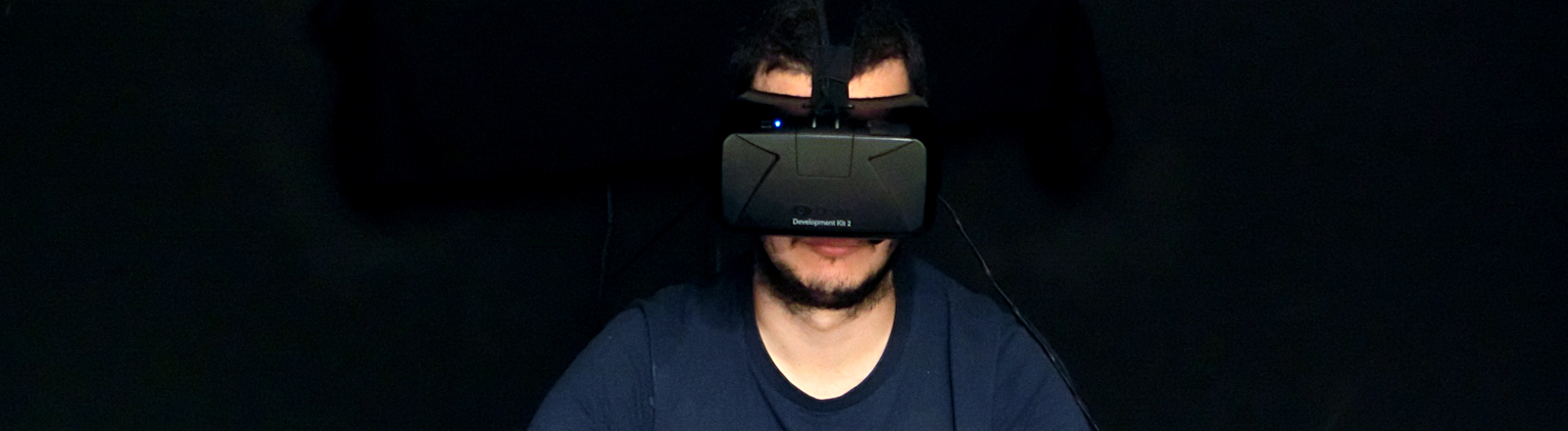 Typ mit VR-Brille