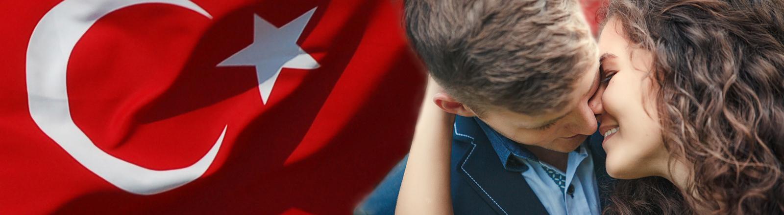 Ein Pärchen vor türkischer Flagge.