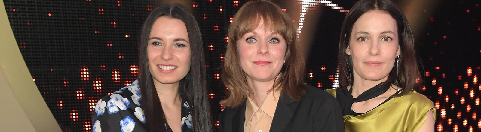 """Anne Zohra Berrached, Maren Ade und Regisseurin Nicolette Krebitz stehen am 28.04.2017 in Berlin zur Verleihung des 67. Deutschen Filmpreises """"Lola"""" zusammen."""