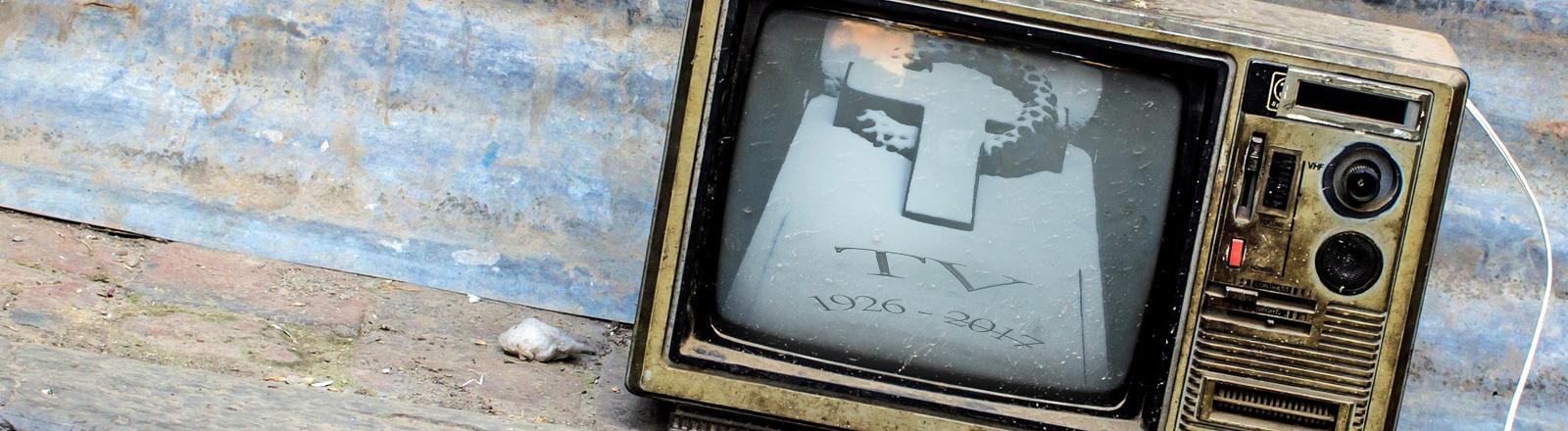 Ein Fernseher mit Grabstein im Bild.