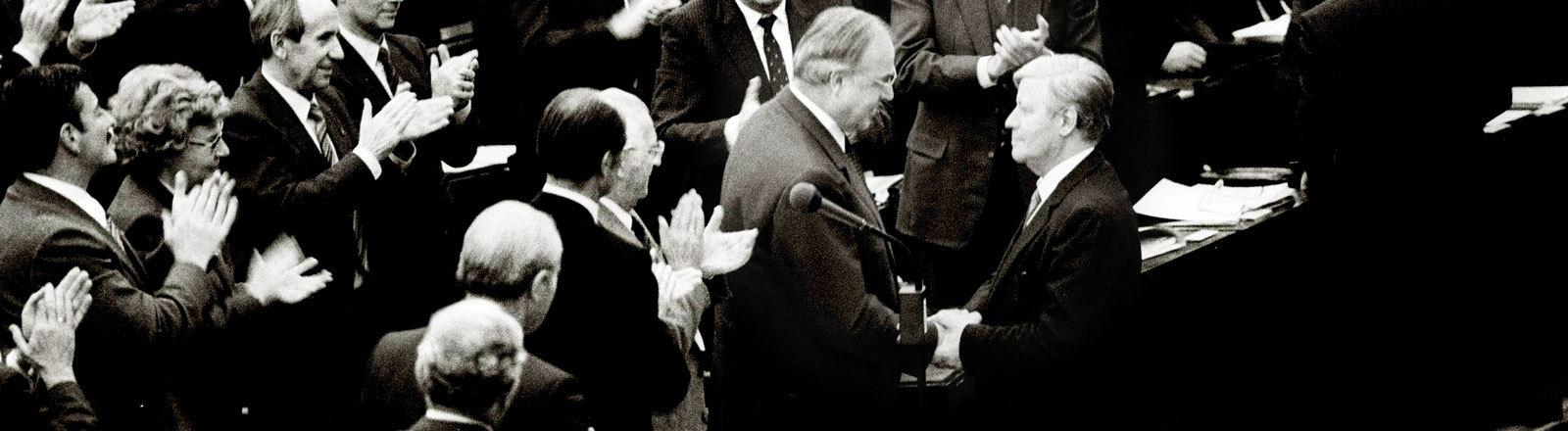 Bundeskanzler Helmut Schmidt gratuliert seinem Nachfolger Helmut Kohl am 01.10.1982.
