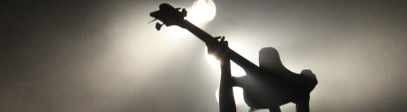 Eine Gitarre wird in die Luft gehoben.