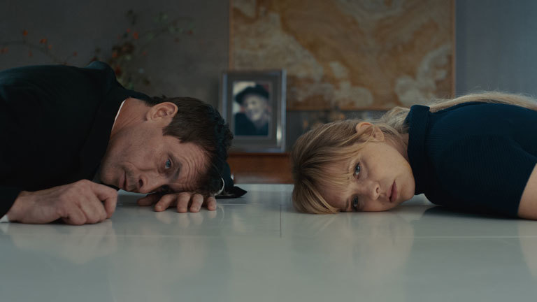 """""""Zwei im Falschen Film"""" von Laura Lackmann mit Laura Tonke und Marc Hosemann"""
