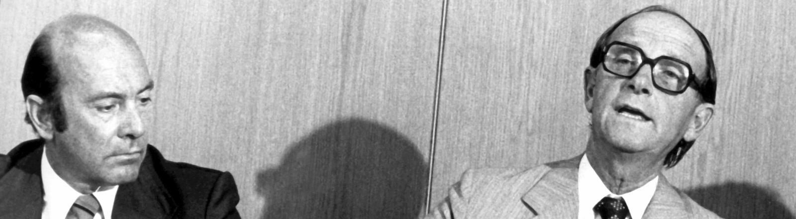 Der CDU-Politiker und baden-württembergische Ministerpräsident Dr. Hans Filbinger (r) gibt am 7. August 1978 in Stuttgart seinen Rücktritt bekannt und zieht damit die Konsequenzen aus der Kontroverse um seine Rolle als Marinerichter im Zweiten Weltkrieg. Links der Vorsitzende der CDU-Landesgruppe Baden-Württemberg in Bonn, Manfred Wörner.