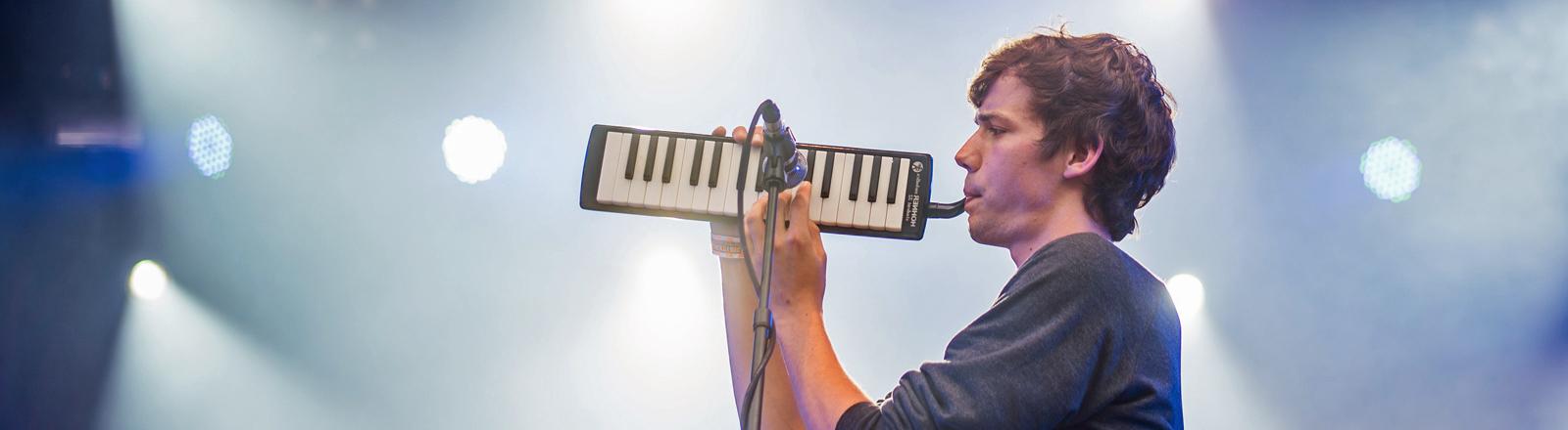 Der Sänger Henning May der Band AnnenMayKantereit steht beim Kosmonaut Festival in Chemnitz auf der Bühne.