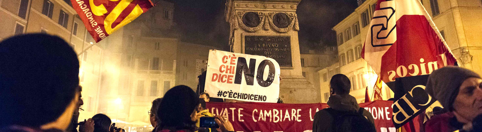 In Rom feiern Demonstranten das Ergebnis eines Referendums 2016 über eine Verfassungsänderung.