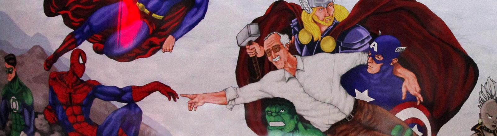 Der Zeichner Stan Lee mit seinen Comicfiguren.