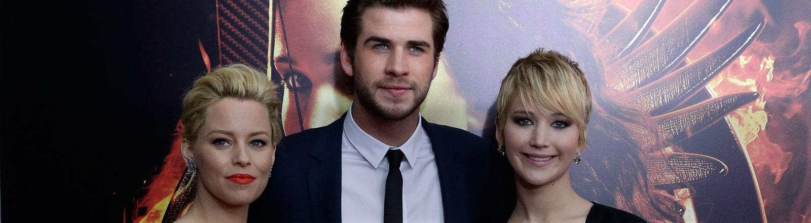 """Elizabeth Banks (r), Liam Hemsworth (m.) und Jennifer Lawrence bei der Präsentation des 3. Teils von """"Die Tribute von Panem"""" """"Mockingjay - Teil 1""""."""