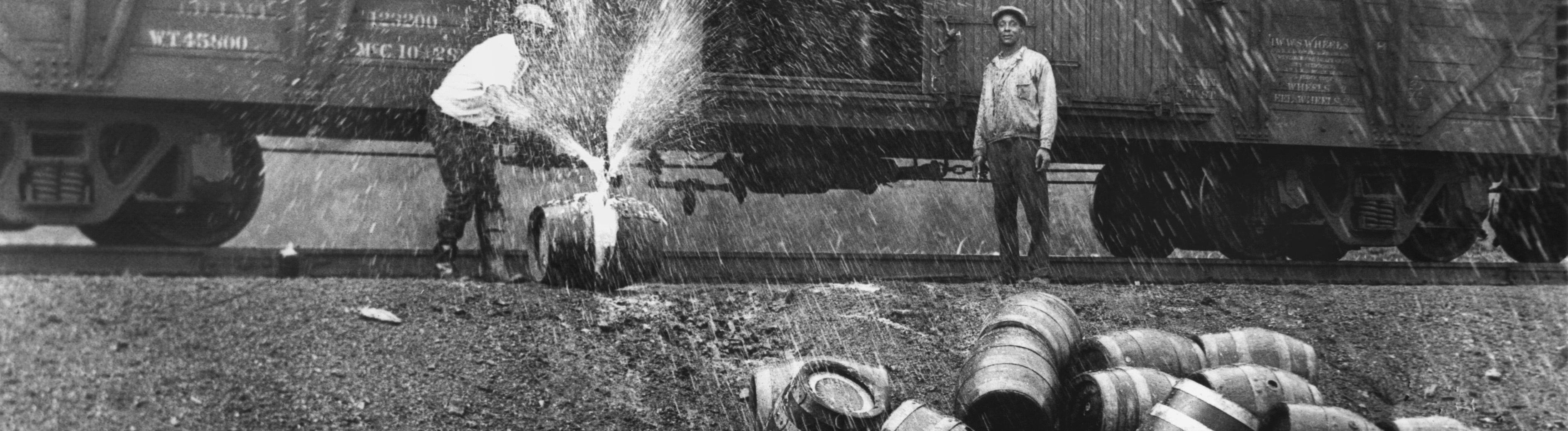 Zerstörung von Bierfässern, die in einem Güterwaggon als Schmieröl deklariert und beschriftet waren.