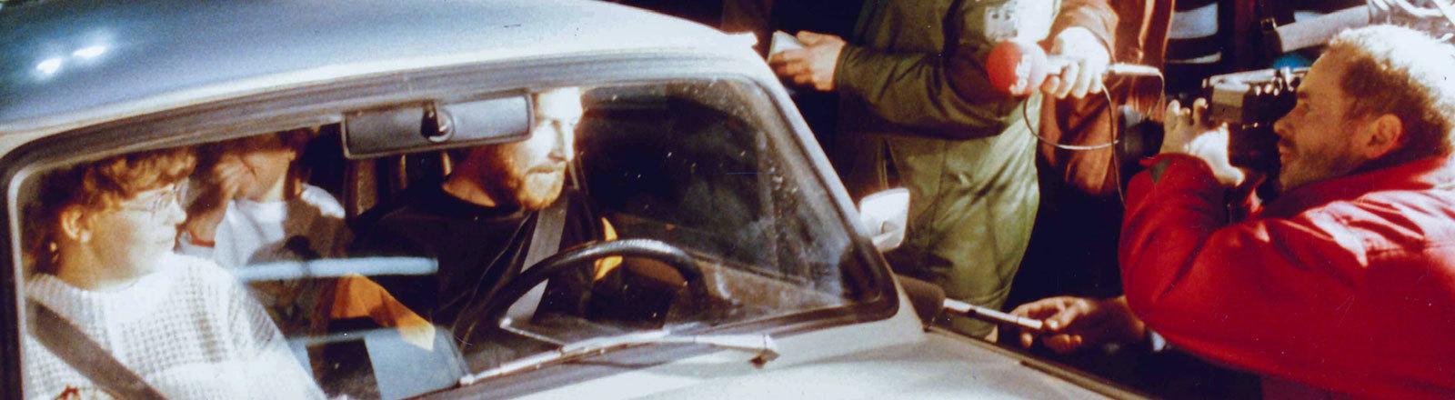 Autobahnkontrollpunkt am Grenzübergang Helmstedt-Marienborn in Richtung DDR in der Nacht nach der Grenzöffnung gegen 23.00 Uhr am 09.11.1989 als die ersten DDR Bürger in Richtung Westen fuhren.