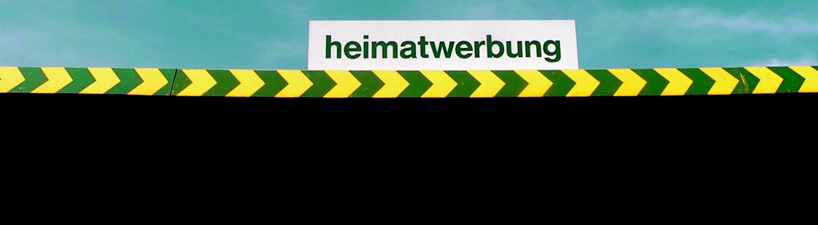 """Ein Schild mit dem Schriftzug """"Heimatwerbung"""""""
