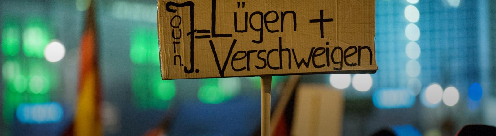 """Ein Schild mit den Worten """"Lügen und Verschweigen"""""""