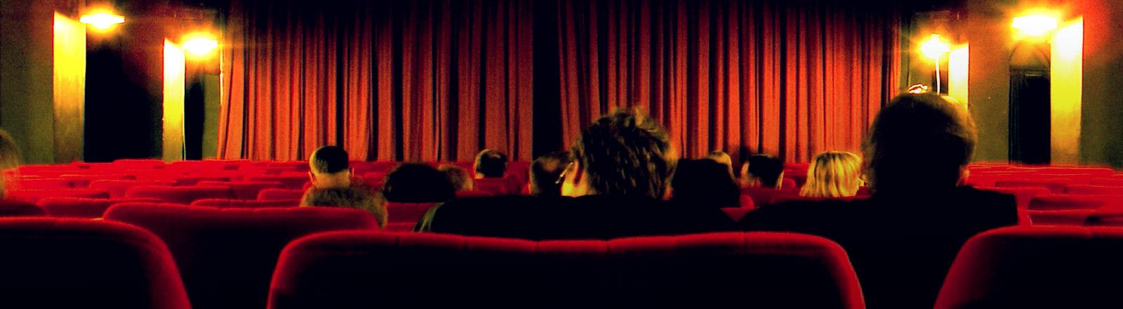 Die Leinwand eines Kinosaals