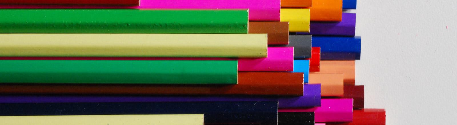 Bunte Stifte auf einem Stapel