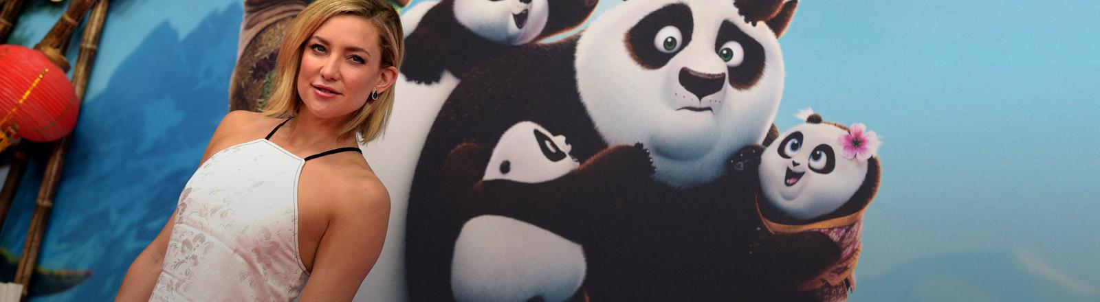 """Kate Hudson vor einem Plakat des Films """"Kung Fu Panda 3"""""""