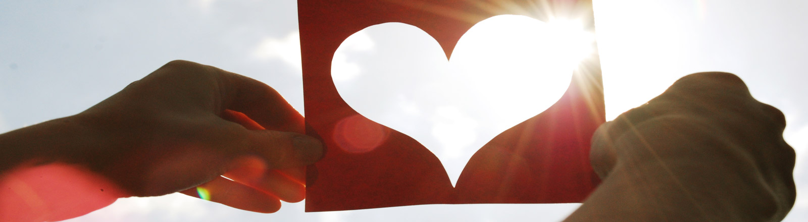 Ein ausgeschnittenes Herz in der Sonne