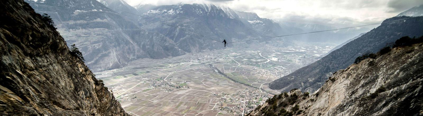Julian Mittermaier auf einer Highline in den Alpen