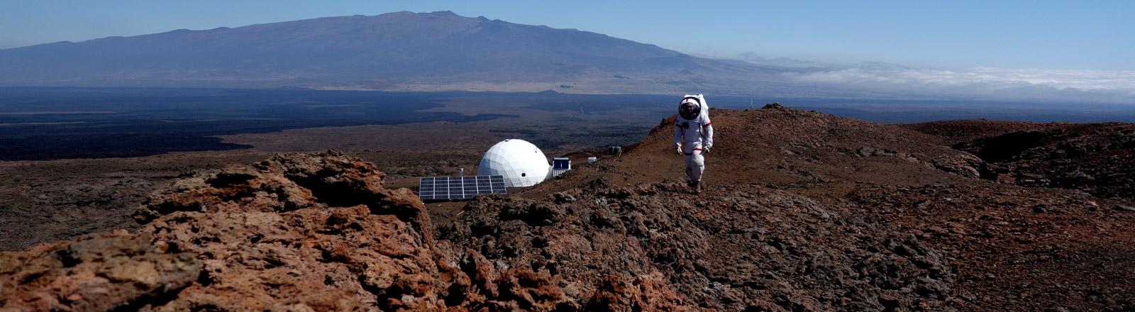 Christiane Heinicke im Raumanzug auf Hawaii