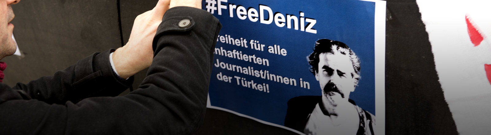 """Ein Auto-Aufkleber mit dem Aufdruck """"Free Deniz"""", der für die Freilassung des Journalisten Deniz Yücel demonstriert."""