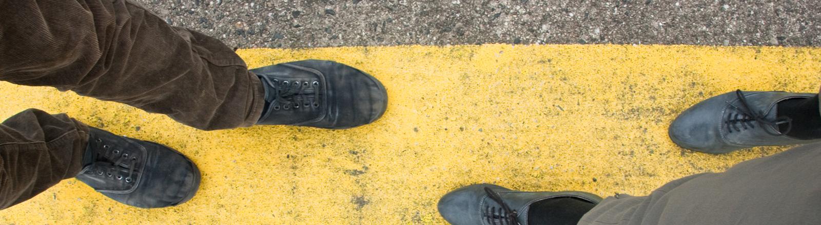 Zwei Menschen laufen auf einer Linie