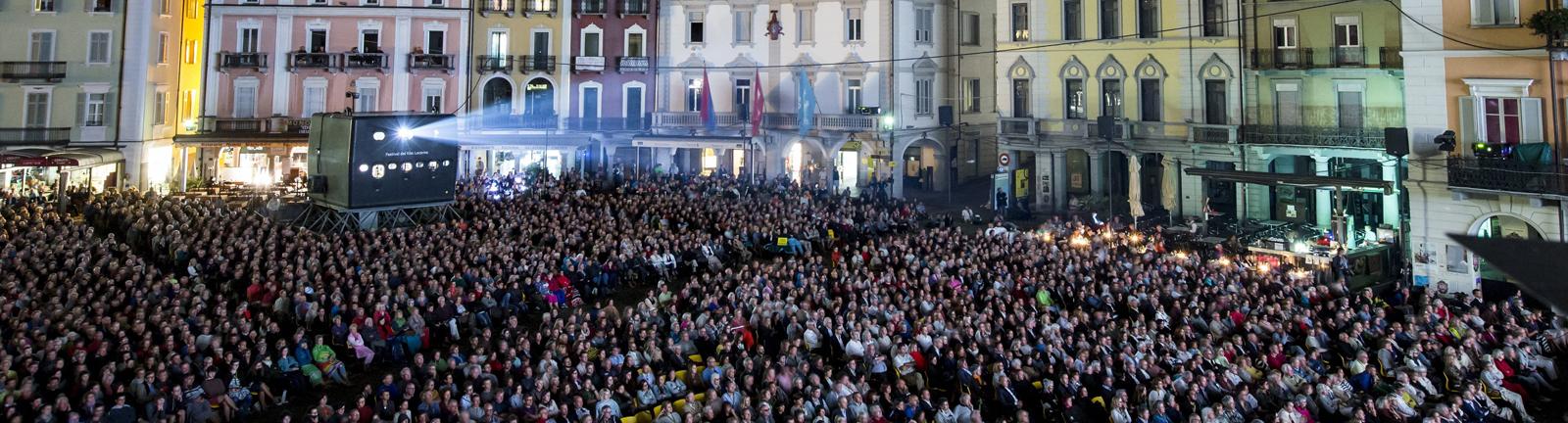 Menschen schauen einen Film auf der Piazza in Locarno