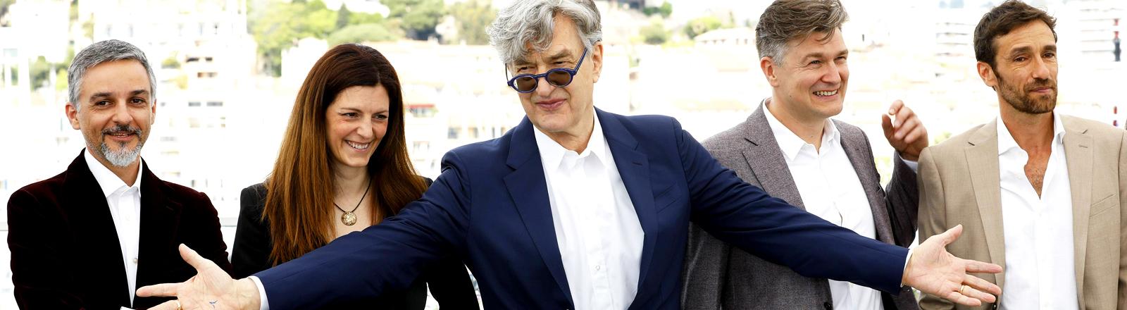 """Regisseur Wim Wenders und die Filmcrew von """"Pope Francis - a man of his word"""""""