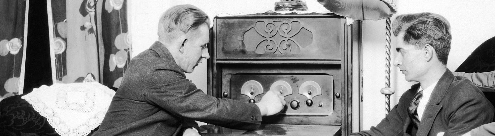 Zwei Männer und eine Frau hören Radio, 1920er Jahre. Deutschland