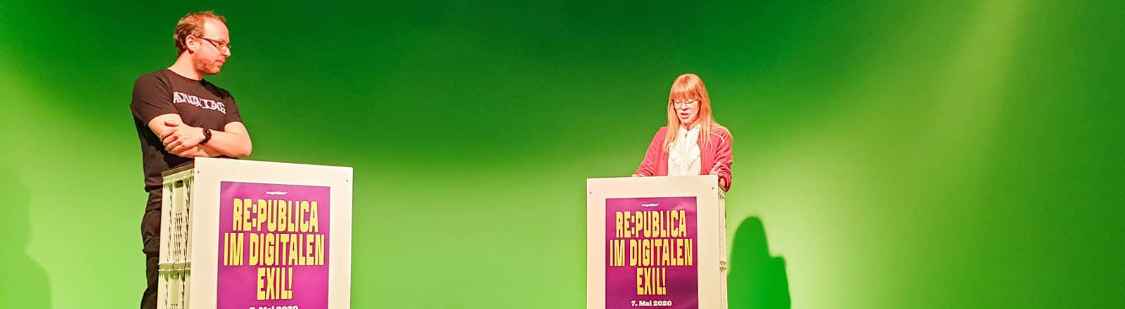 Eine Pressekonferenz der re:publica vor einem Greenscreen