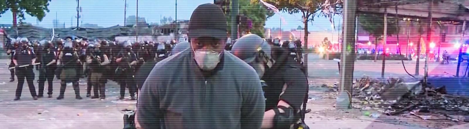 Screenshot des Live-Bildes von CNN: Der CNN-Reporter Omar Jiminez wird während der Berichterstattung über Proteste in Zusammenhang mit dem Tod George Floyds vor laufender Kamera in Minneapolis festgenommen. (29.05.2020)