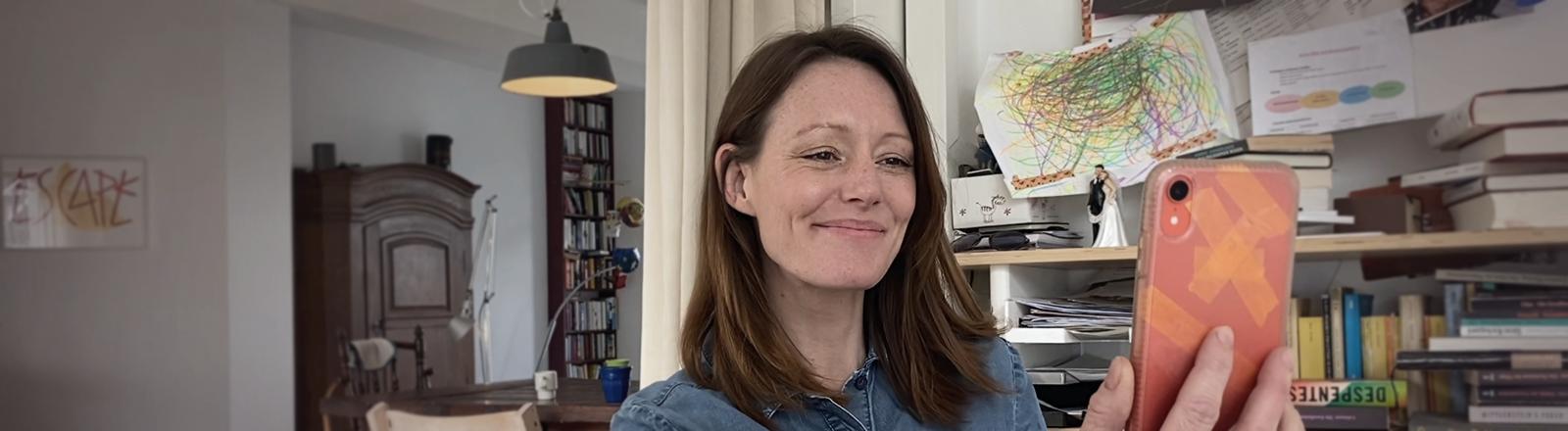 Szene aus der ZDF-Serie DRINNEN: Charlotte (Lavinia Wilson) ist nur über das Internet mit ihren Freunden und ihrer Familie verbunden.