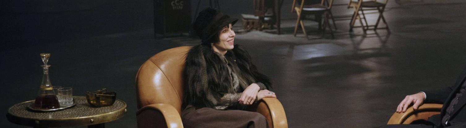 Meret Becker in einer Filmszene in Babylon Berlin.