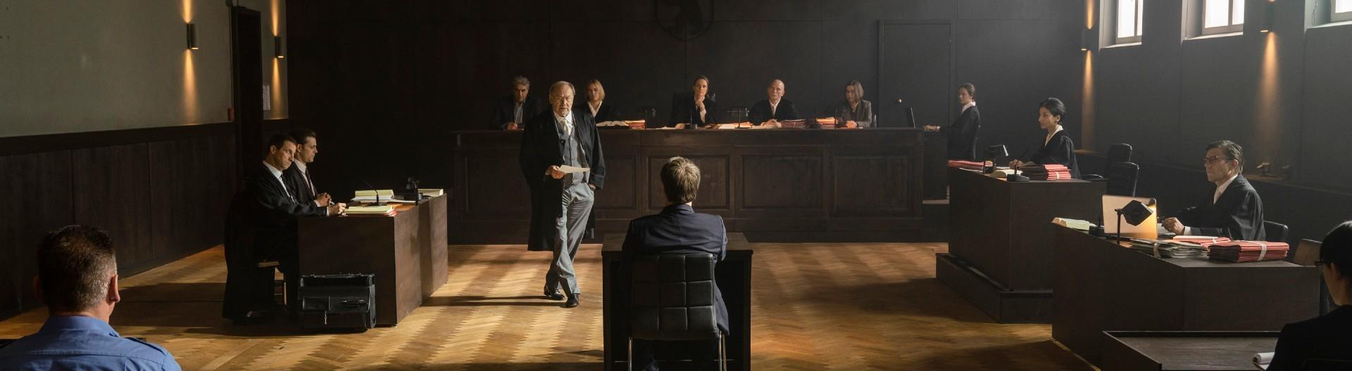 """Szene vor Gericht aus TV-Film """"Feinde"""" nach Ferdinand von Schirach."""