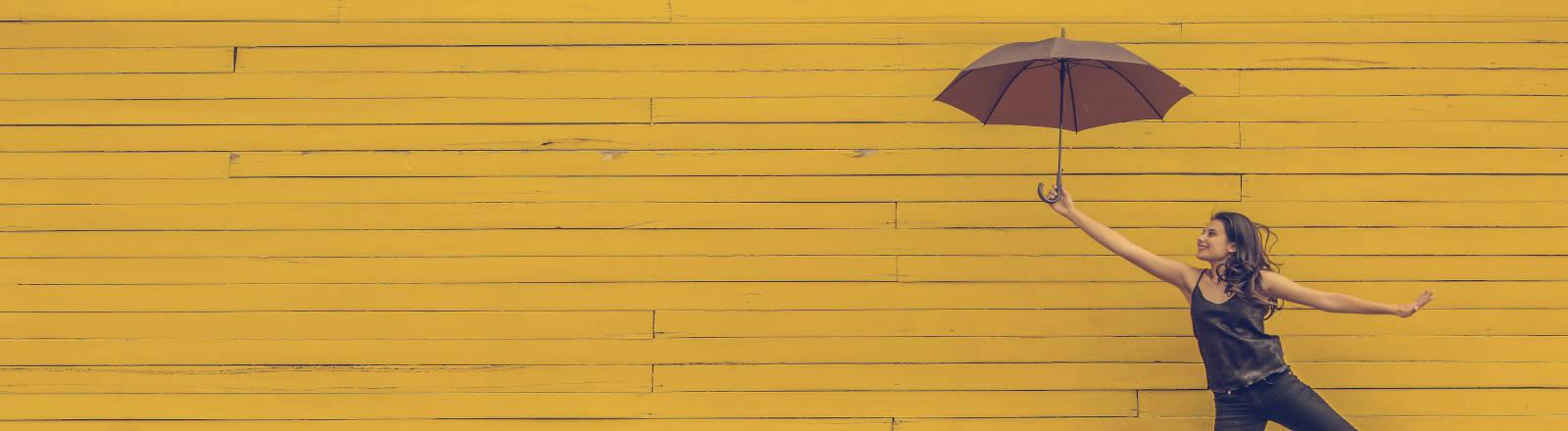 Frau mit geöffnetem Regenschirm