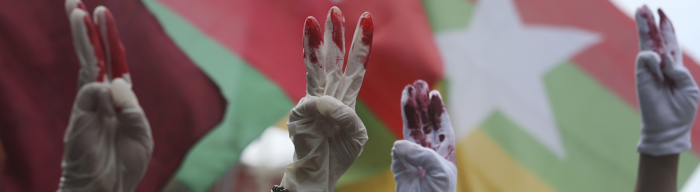 Demonstranten in Tawain zeigen drei Finger, ein Symbol aus den Hunger Games, das in Myanmar für die Protestbewegung übernommen wurde.
