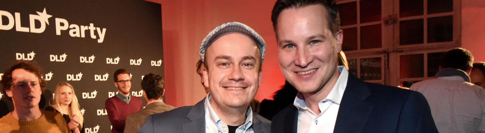Daniel Fiene (links) und Richard Gutjahr (rechts) bei der DLD-Party im Januar 2015.