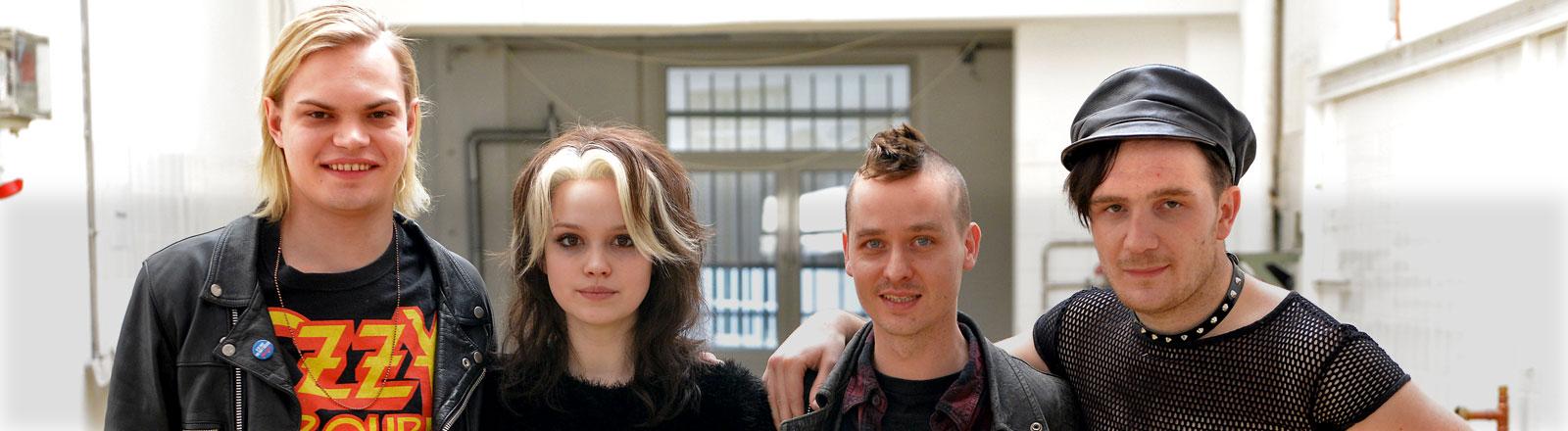 Die Schauspieler Wilson Gonzalez Ochsenknecht (l-r), Emilia Schüle, Tom Schilling und Frederick Lau (l-r) posieren bei Dreharbeiten zum Kinofilm «Tod den Hippies, es lebe der Punk» am 07.03.2014 in Köln