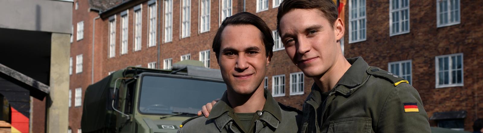 """Die Schauspieler Jonas Nay (l) und Ludwig Trepte lachen am Set der achtteiligen RTL-Serie """"Deutschland 83"""" in Potsdam."""