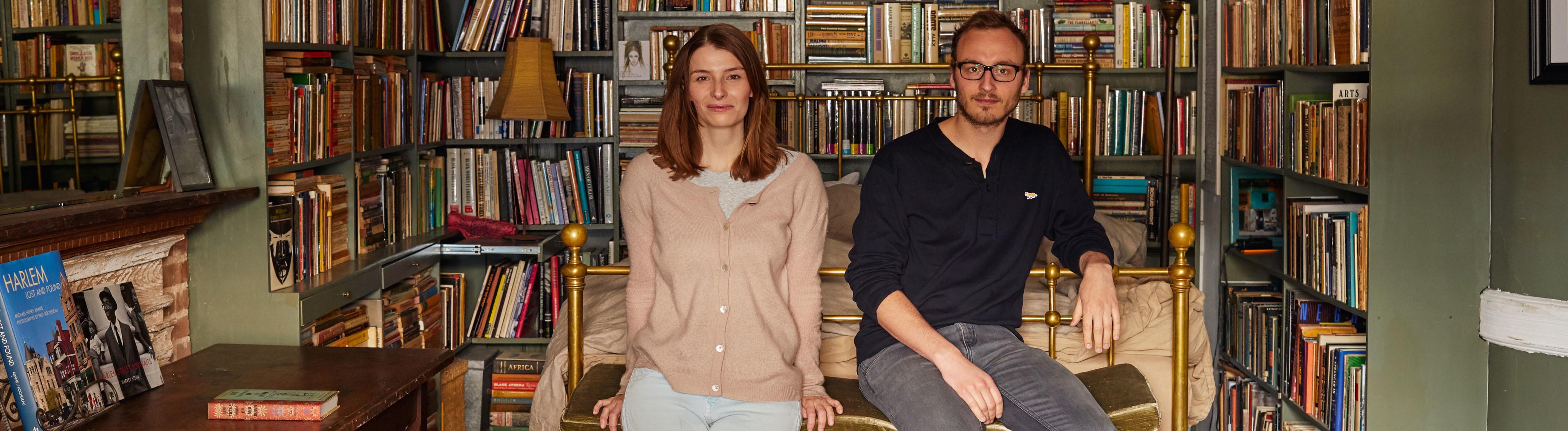 Christina Horsten und Felix Zeltner in einer New Yorker Wohnung vor einer Bücherwand.