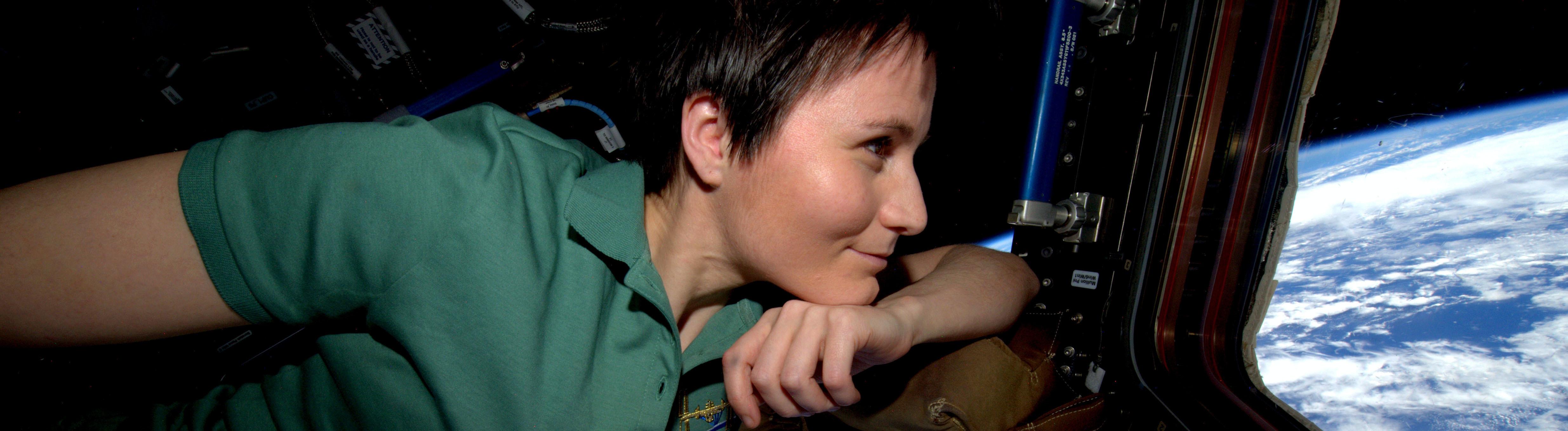 Astronautin Samantha Cristoforetti schaut aus einem Fenster in der ISS