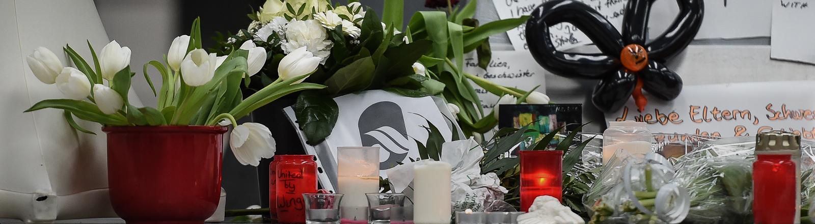 Kerzen, Blumen und Briefe sind am 26.03.2015 am Flughafen in Düsseldorf (Nordrhein-Westfalen) zu sehen.