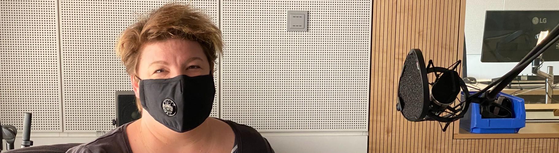 Tatortreinigerin Janine Schweitzer im Studio bei Deutschlandfunk Nova