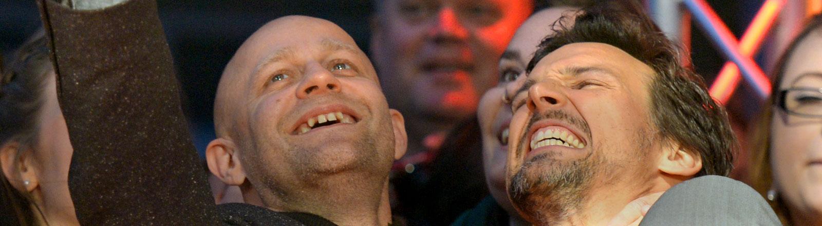 """Die Schauspieler Florian David Fitz (r) und Jürgen Vogel fotografieren sich am 26.09.2014 vor der Premiere des Films """"Hin und weg"""" im Rahmen des Hamburger Filmfestes im Cinemaxx Kino in Hamburg mit Fans am roten Teppich."""