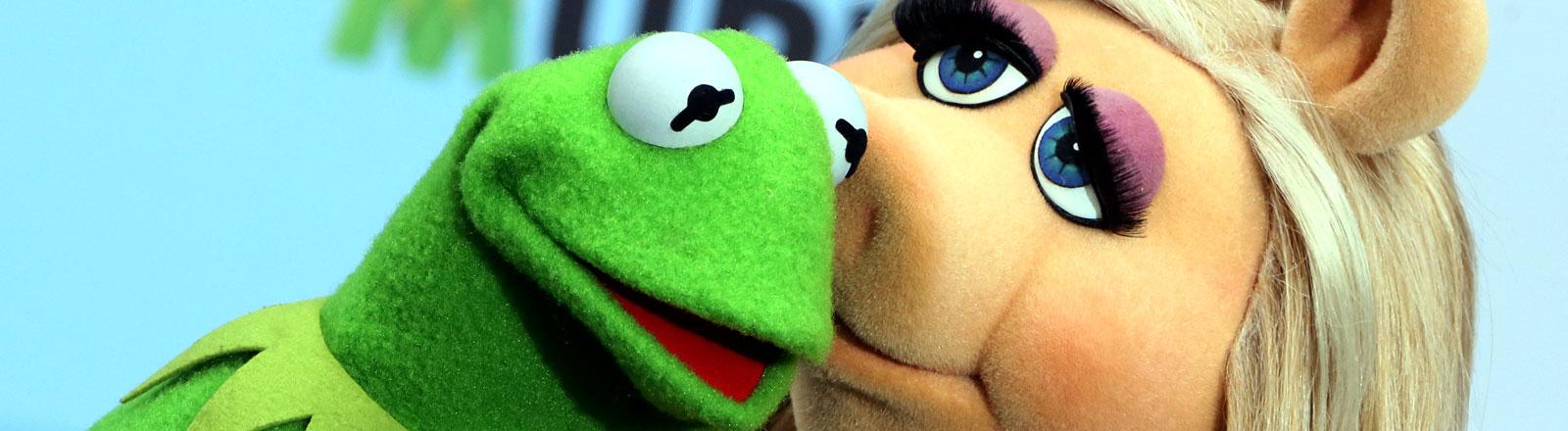 """Die Puppen Miss Piggy und Kermit der Frosch küssen sich am 28.03.2014 beim Fototermin im Sony Center in Berlin. Anlass ist der Film """"Muppets Most Wanted"""", der am 1. Mai in die Kinos kommt."""