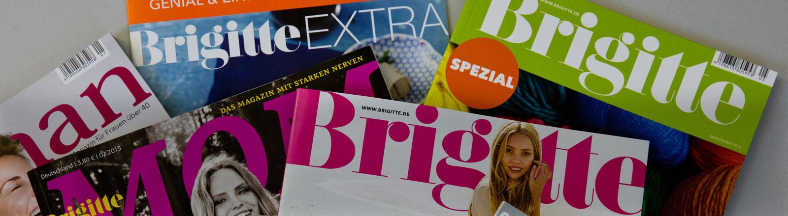 """Verschiedenen Ausgaben der Frauenzeitschrift """"Brigitte"""" liegen am 07.01.2014 auf einem Schreibtisch in Hamburg."""