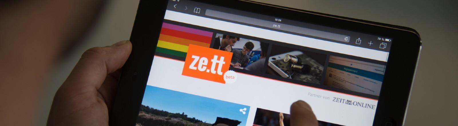 """Ein User liest das junge Angebot """"Ze.tt"""" der Zeit auf einem Ipad."""