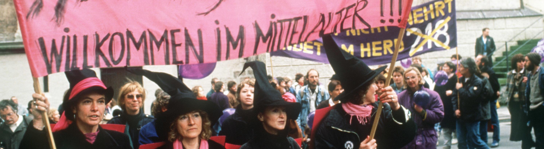 Frauenorganisationen fordern im April 1989 in Memmingen die Abschaffung des Abtreibungs-Paragrafen 218. Der Gynäkologe Horst Theissen mußte sich vor der Großen Strafkammer des Memminger Landgerichts wegen unerlaubter Schwangerschaftsabbrüche in 156 Fällen verantworten. Das Gericht verurteilte den Frauenarzt am 05.05.1989 zu einer Freiheitsstrafe von zweieinhalb Jahren sowie einem dreijährigen Berufsverbot.