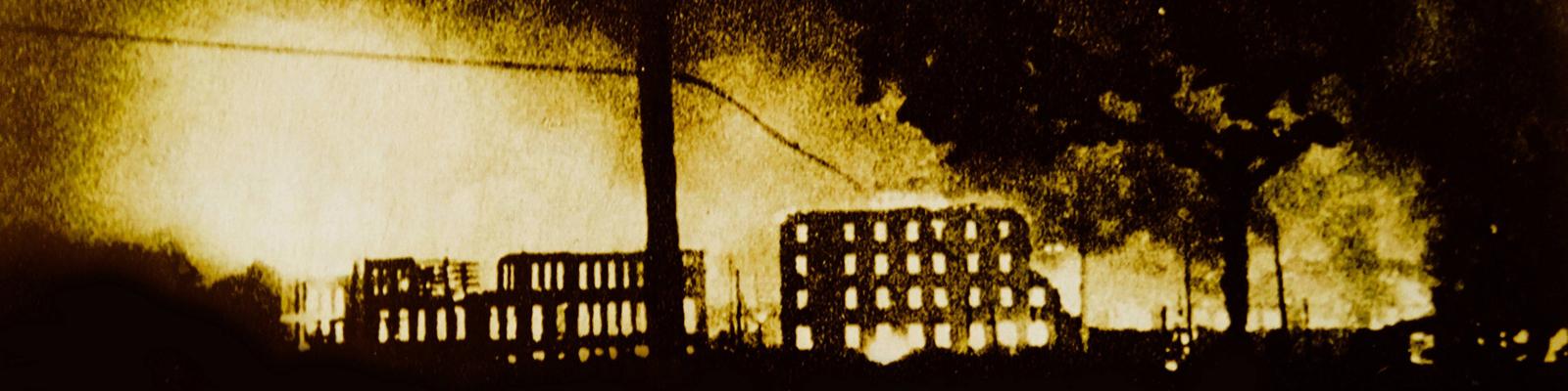 Panorama der brennenden Stadt Gernika nach einem Bombenangriff durch deutsche Kampfflieger im Spanischen Bürgerkrieg 1937